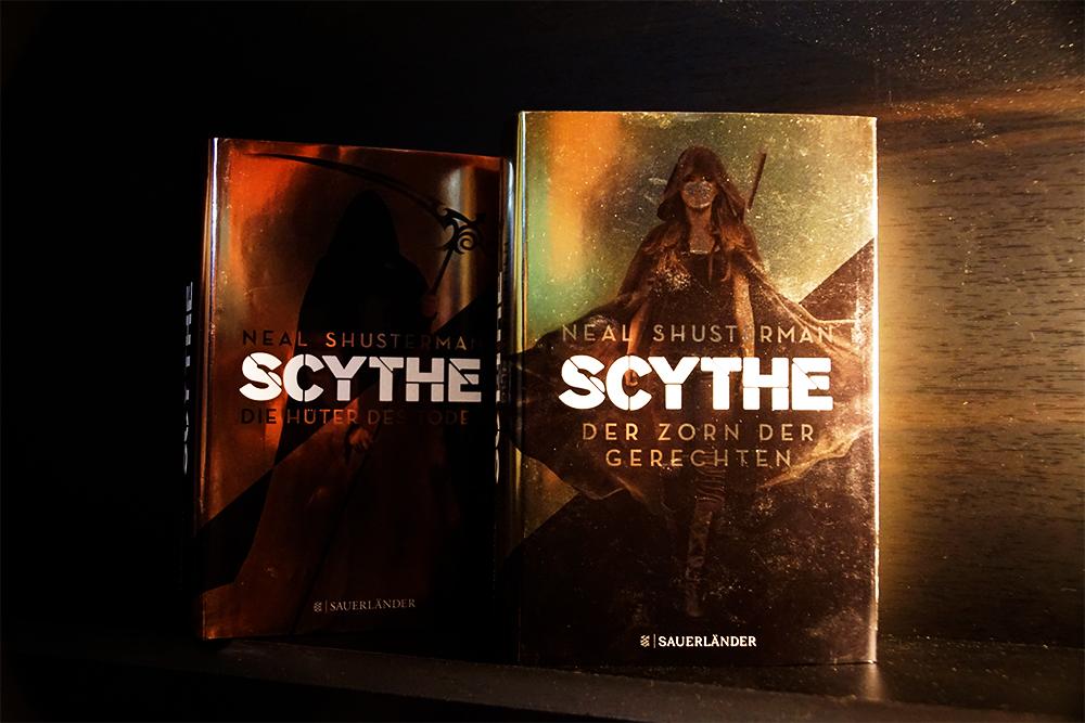 Buchcover von Scythe Der Zorn der Gerechten, im Hintergrund Band 1 der Reihe. Foto: Kia Kahawa