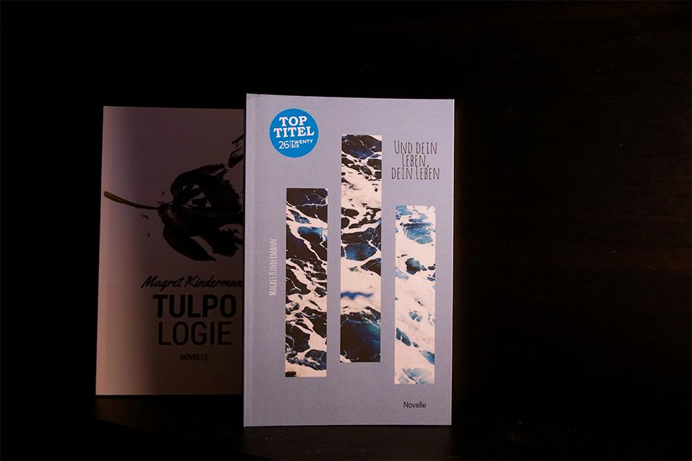 Buchcover von Und dein Leben, dein Leben. Im Hintergrund das Cover der Tulpologie. Foto: Kia Kahawa