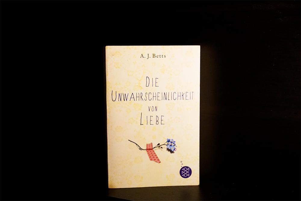 Buchcover von Die Unwahrscheinlichkeit von Liebe, Foto von Kia Kahawa