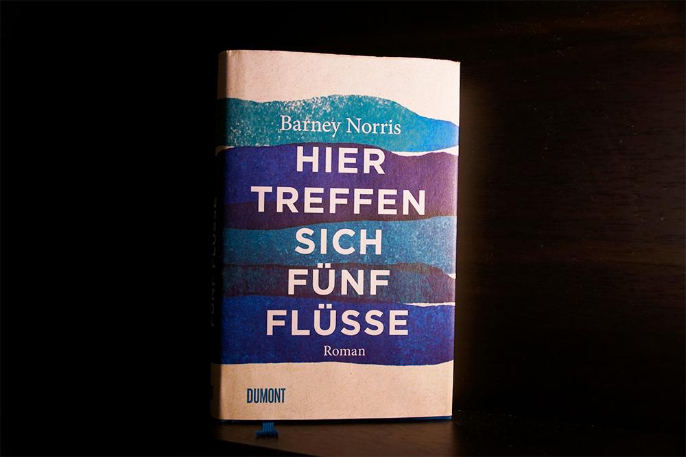 Buchcover von Hier treffen sich fünf Flüsse, Foto: Kia Kahawa