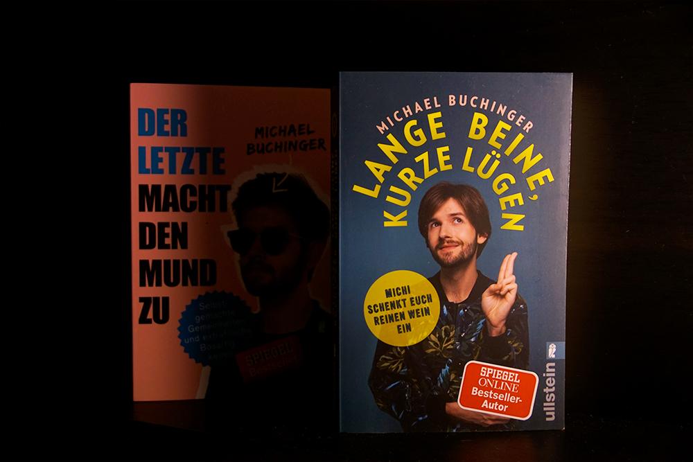 Foto vom Buchcover Lange Beine Kurze Lügen. Im Hintergrund: Michael Buchingers Debütroman.