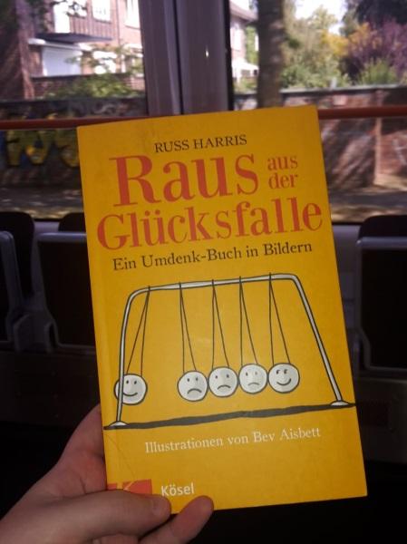 Cover von Raus aus der Glücksfalle. Foto: Kia Kahawa
