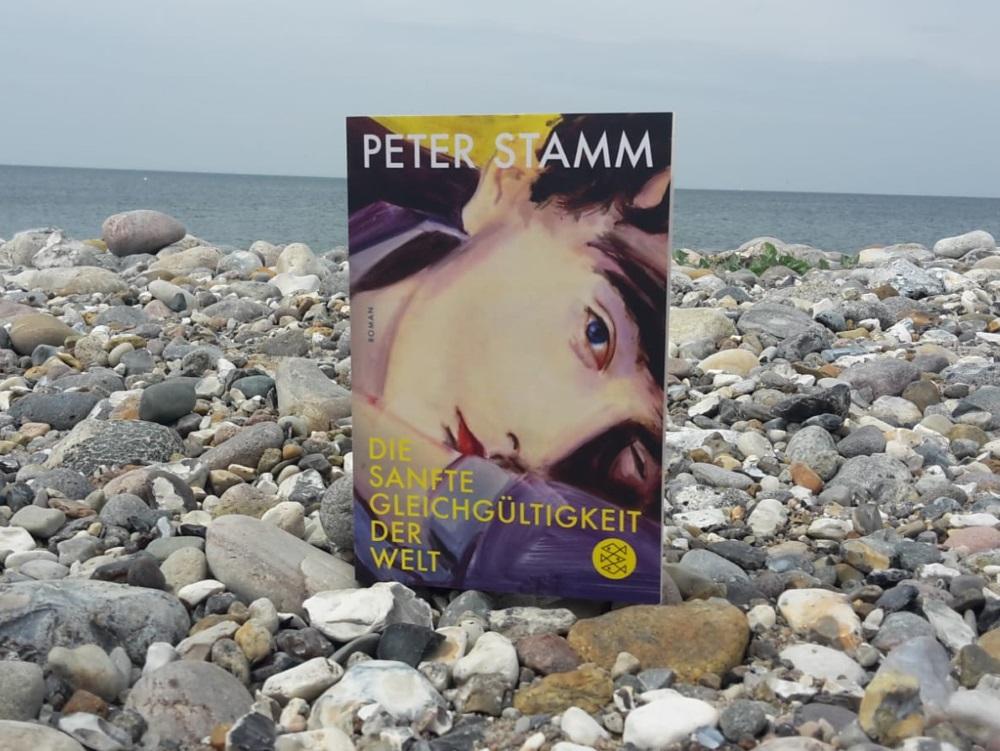 Cover von Die sanfte Gleichgültigkeit der Welt am Steinstrand in Bojendorf. Foto: Kia Kahawa