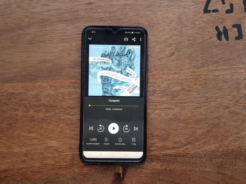 """Magret hört """"Die Spiegelreisende"""" auf ihrem Smartphone. Foto: Magret Kindermann"""
